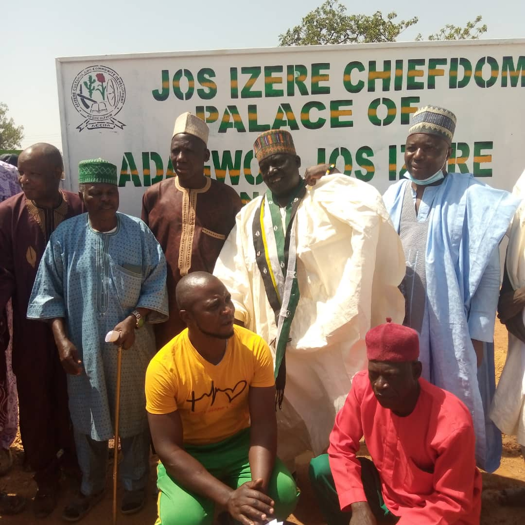 YOUTHS ERECTS SIGNPOST TO PARAMOUNT RULER'S PALACE IN JOS